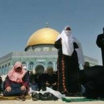 Muslim women praying at Al-Aqsa in 2007