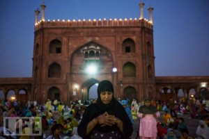 Muslim woman prays at Jama Masjid in New Delhi, in Ramadan 2009